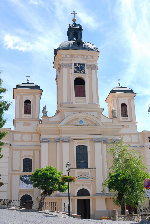 d45426970 Kataríny a radnicu s vežovými hodinami. V blízkosti je evanjelický kostol s  obrovskou kupolou, ktorý sa určite oplatí navštíviť.
